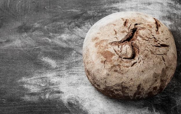 Pagnotta al forno deliziosa con alta vista della farina
