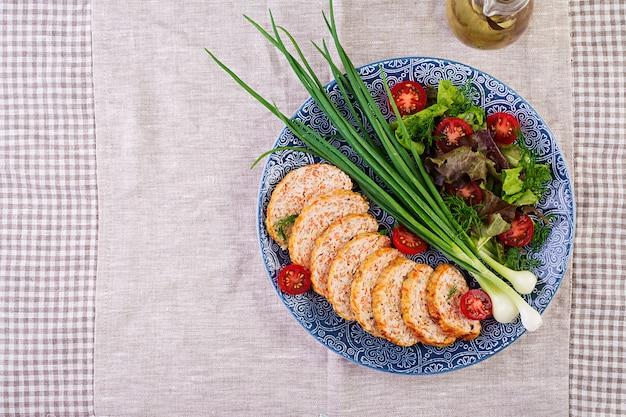Pagnotta di carne di pollo con cipolla e carota, polpettone sano, vista dall'alto