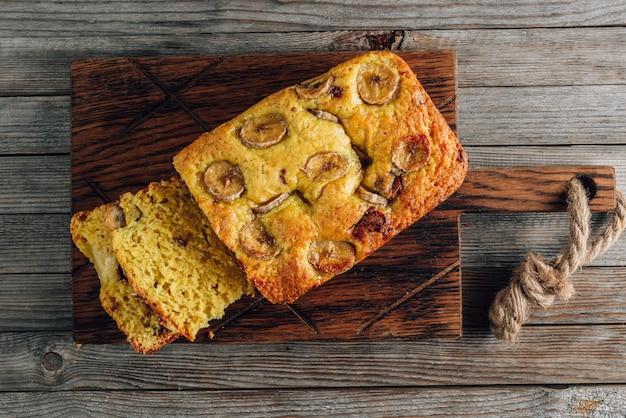 Pagnotta di pane alla banana su un tagliere di legno