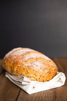 Pagnotta di pane appena sfornata del primo piano