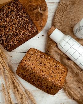 Pagnotta di pane condita con semi di sesamo e girasole