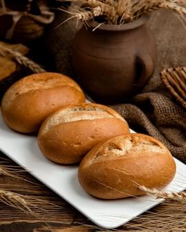 Pagnotta di pane nero su una tavola di legno