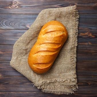 Pagnotta di pane sul primo piano di legno e dell'alimento