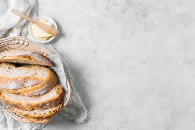 Pagnotte di pane e burro con copia spazio