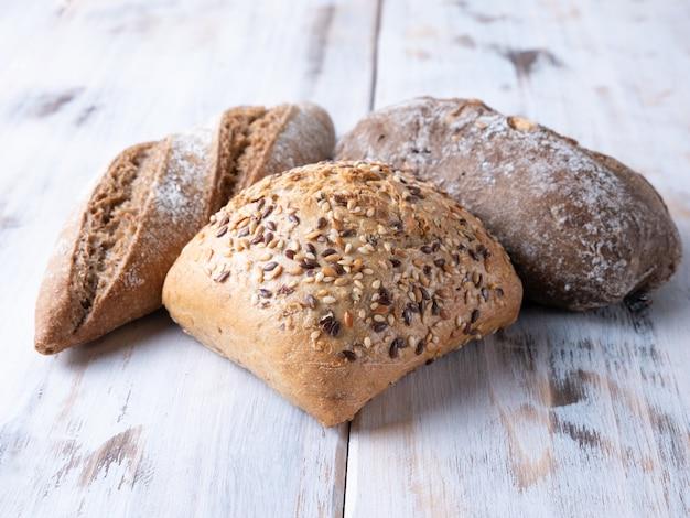 Pagnotte di pane su fondo di legno