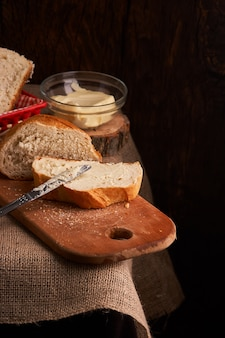 Pagnotte e panini crostosi rustici dell'oro del forno sul fondo nero della lavagna. still life catturata dall'alto