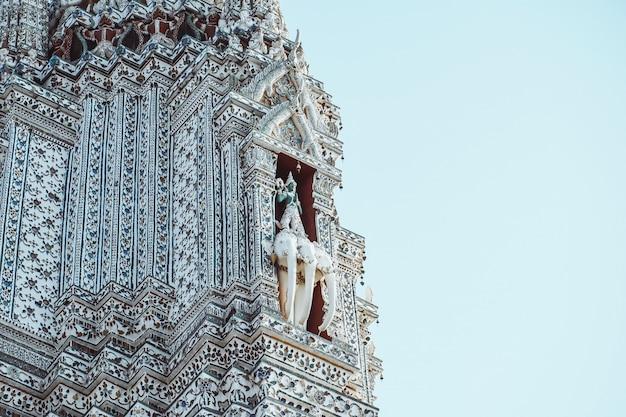 Pagoda a wat arun ratchawararam ratchaworamahawihan o wat jaeng, bangkok, tailandia. bello della città storica al tempio di buddismo.
