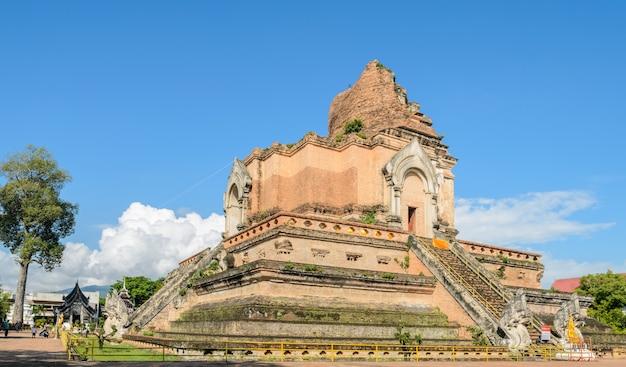 Pagoda antica al tempio di wat chedi luang in chiang mai, tailandia