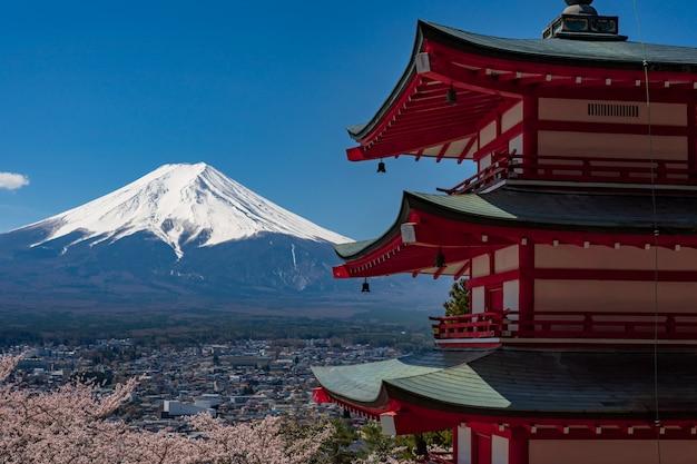 Pagoda chureito e monte. fuji in primavera con i fiori di ciliegio a fujiyoshida, giappone.