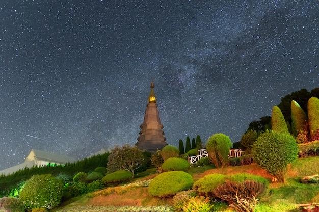 Pagoda con la via lattea.