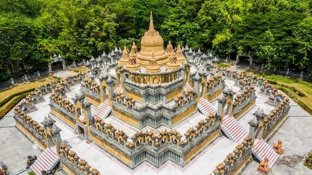 Pagoda dell'arenaria di vista aerea in wat pa kung temple, wat prachakom wanaram, roi et, tailandia.