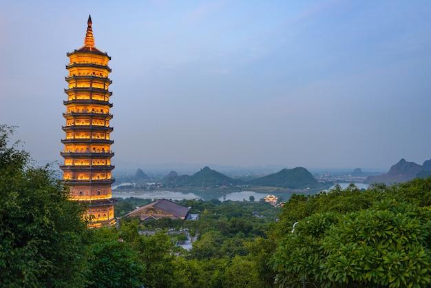 Pagoda di bai dinh al crepuscolo, ninh binh, il più grande complesso del tempio buddista nel vietnam, destinazione turistica religiosa di viaggio. scenario carsico.