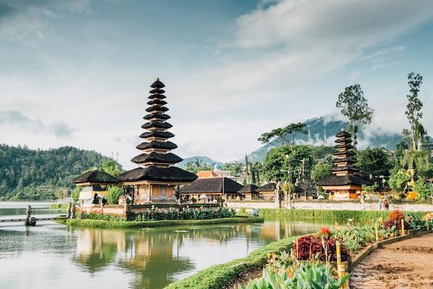 Pagoda di bali, indonesia