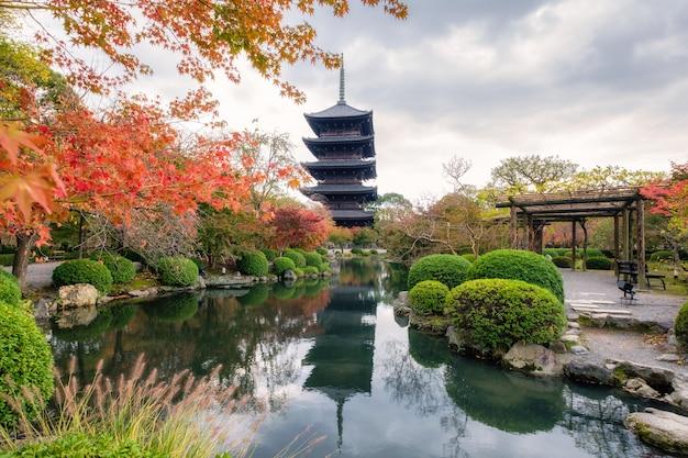 Pagoda di legno antica in tempio di toji del sito del patrimonio mondiale dell'unesco nel giardino di autunno a kyoto