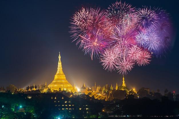 Pagoda di shwedagon con con celebrazione di fuochi d'artificio capodanno 2017 a yangon, myanmar