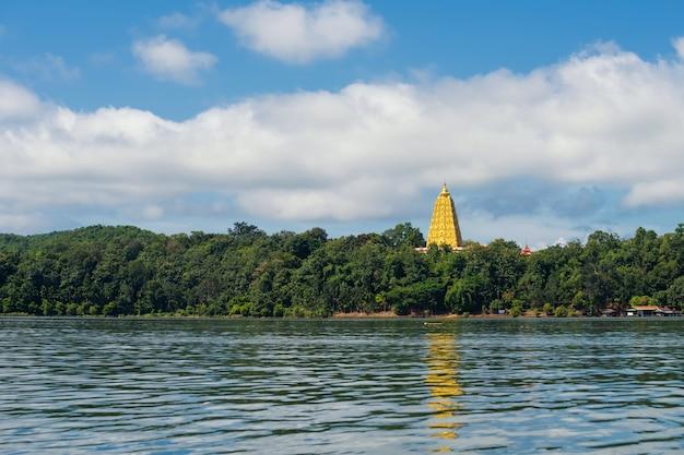Pagoda dorata di bodhgaya vicino al fiume, sangkhlaburi