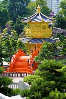 Pagoda dorata e ponticello rosso a hong kong