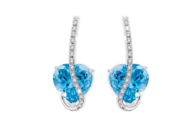 Paia del diamante d'argento e degli orecchini di pietra blu isolati su superficie bianca
