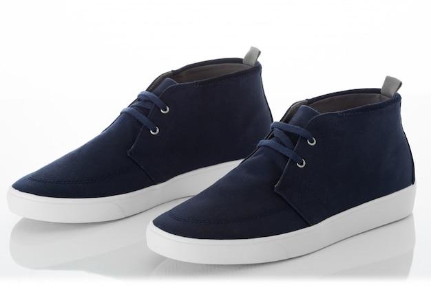 Paia delle scarpe blu degli uomini di modo con il profilo di vista laterale isolato su bianco