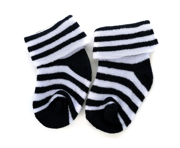 Paia di calzini a strisce del bambino su un bianco