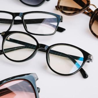 Paia di occhiali rotondi su uno sfondo bianco