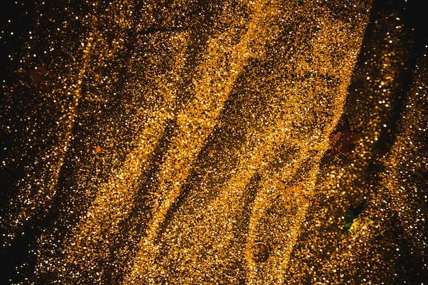 Paillettes luminose sparse sul tavolo nero