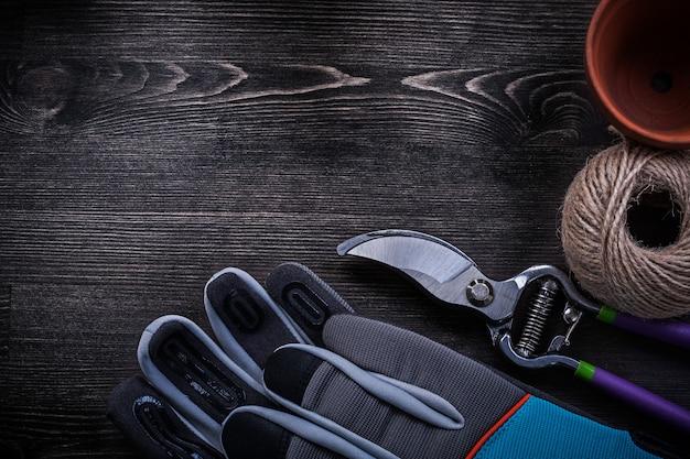 Paio di guanti protettivi cesoie torba pentola matassa di corda