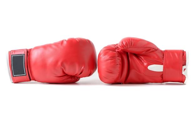 Paio di guantoni da boxe in pelle rossa isolati.