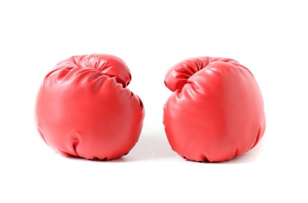 Paio di guantoni da boxe in pelle rossa isolati