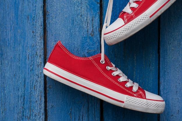 Paio di scarpe da ginnastica rosse