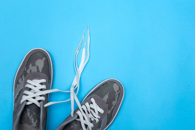 Paio di scarpe da ginnastica su fondo colorato, piatto lay