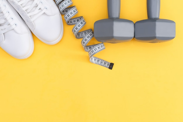 Paio di scarpe da tennis bianche su sfondo di colore, vista dall'alto