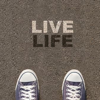 Paio di scarpe in piedi su una strada con il testo