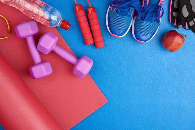 Paio di sneaker da allenamento blu con lacci, bottiglia d'acqua