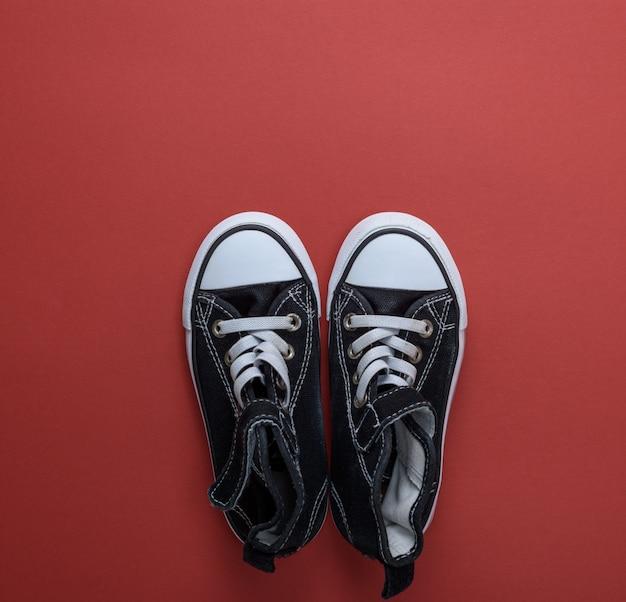 Paio di sneakers in tessuto nero antico