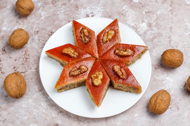 Paklava nazionale della pasticceria dell'azerbaigian sul piatto bianco, vista superiore, festa di novruz di celebrazione del nuovo anno della molla.