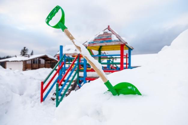 Pala per bambini per la neve nel parco giochi in inverno