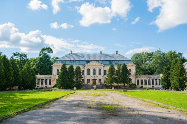 Palazzo abbandonato. holy palace volovichi, castello in svyatskoye. una bella struttura architettonica antica, una scala in pietra o marmo ci conduce all'ingresso del palazzo, che sembra abbandonato