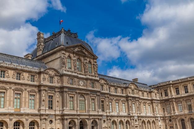 Palazzo del louvre a parigi