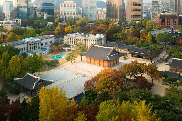 Palazzo di deoksugung e città di seoul nella stagione di autunno a seoul, corea del sud.