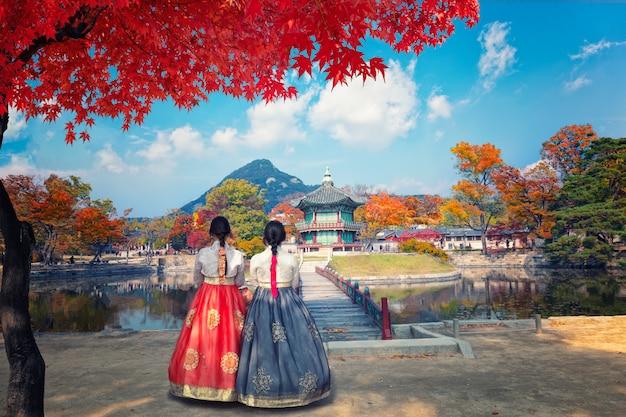 Palazzo di gyeongbokgung in autunno con il vestito nazionale coreano