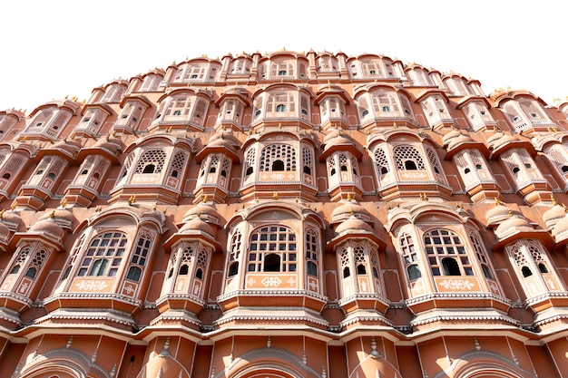 Palazzo di hawa mahal a jaipur ragiastan india isolata nella priorità bassa bianca.