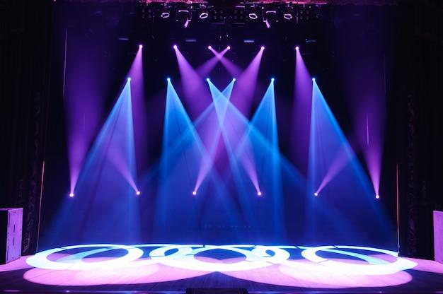 Palco libero con luci, dispositivi di illuminazione. spettacolo notturno.