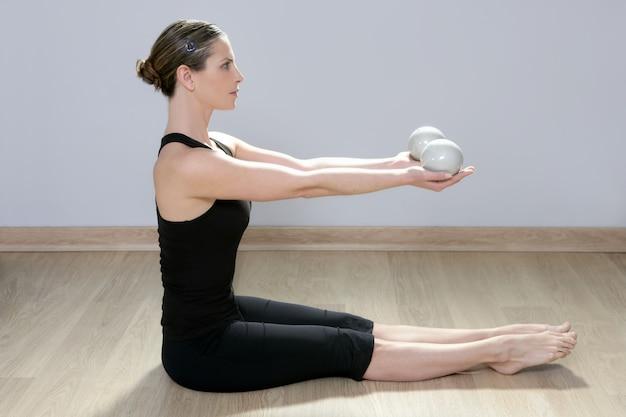 Palestra di sport di aerobica di yoga della donna della palla tonning di pilates