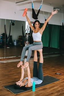 Palestra, due ragazze fanno esercizi