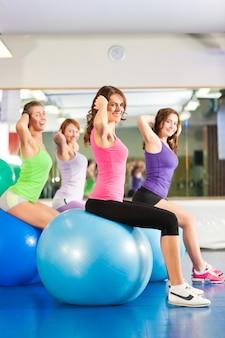 Palestra fitness donna - allenamento e allenamento