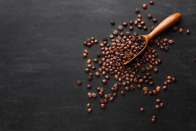 Paletta da caffè con chicchi tostati