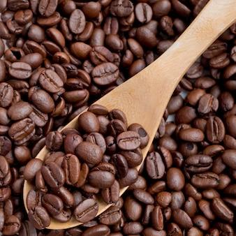 Paletta del chicco di caffè da un cucchiaio di legno