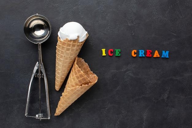 Paletta del gelato accanto al cono gelato