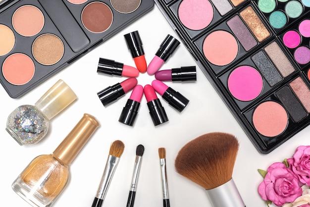 Palette e pennelli cosmetici trucco su sfondo bianco